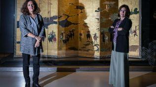 Alexandra Curvelo e Ana Fernandes Pinto junto a um biombo Nanban no Museu do Oriente © Jorge Amaral/Global Imagens